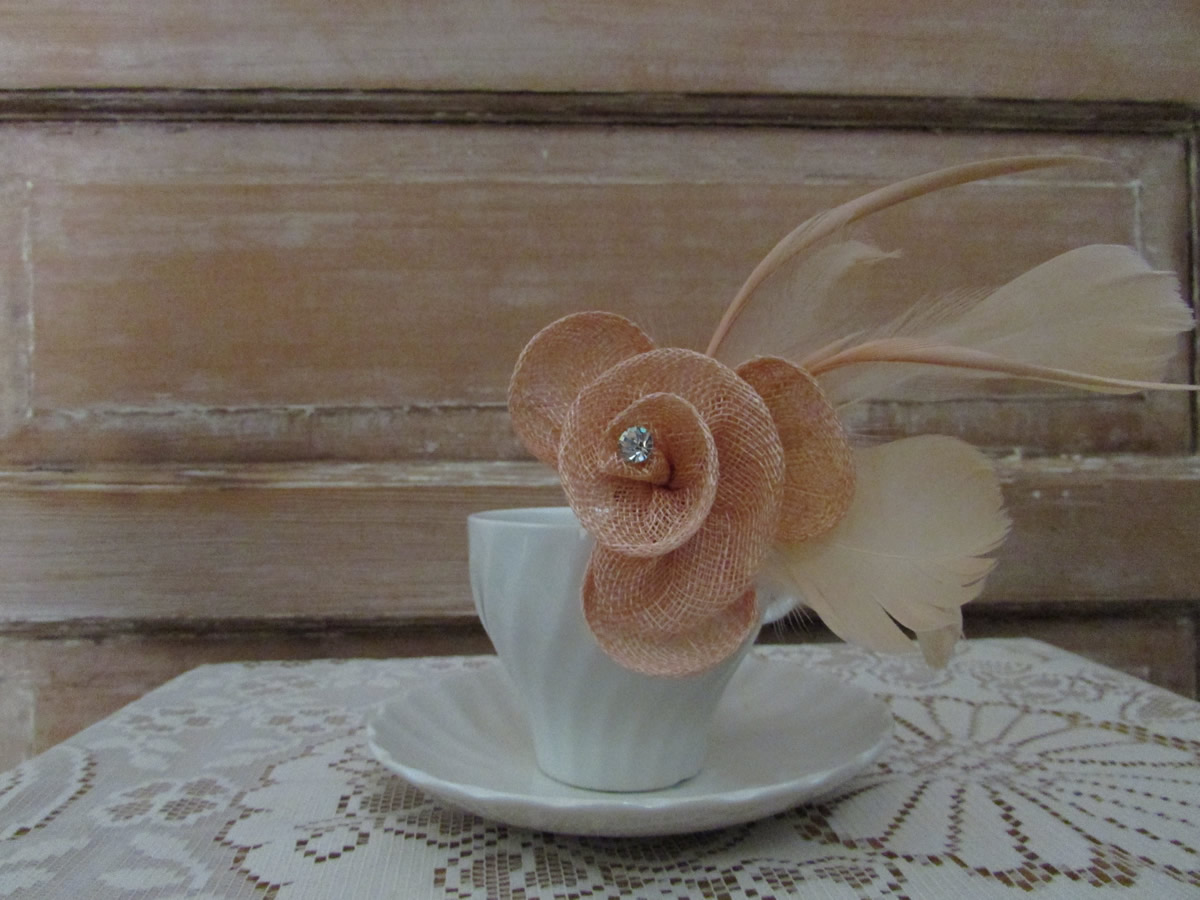 Coloured hessian fascinator peach