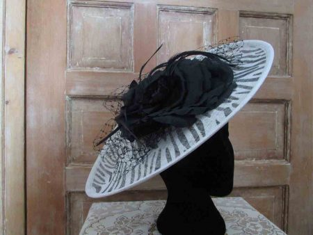 Simanay fascinator in white with black print