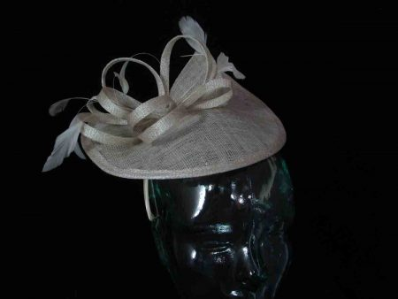 Split brim fascinator in champagne
