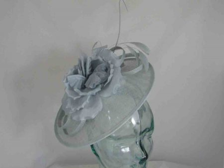 Hatinator with flower and double quill in cloud silver
