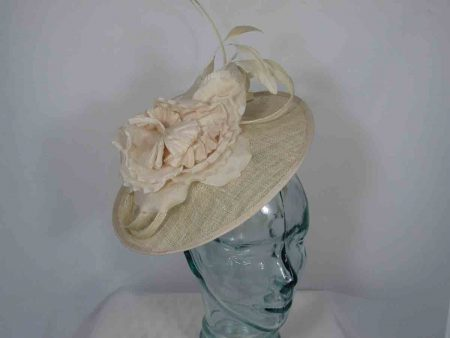 Hatinator with flower and double quill in gold lurex