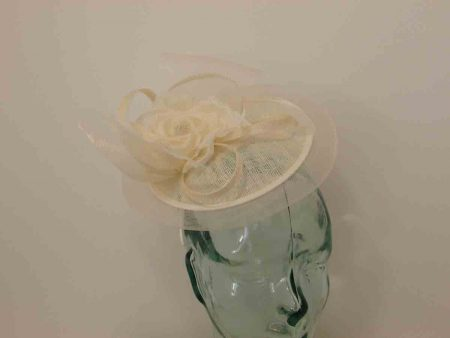 Mini hatinator with flower in ivory