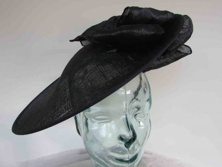 Large hatinator with silk abaca bow in navy