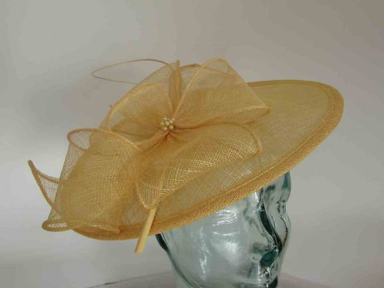 Simanay hatinator with flower in sunflower yellow