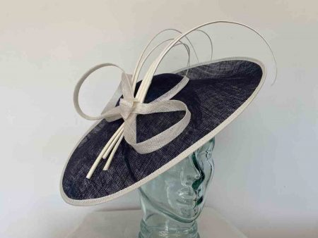 Oval hatinator with 5 quills in navy and ivory