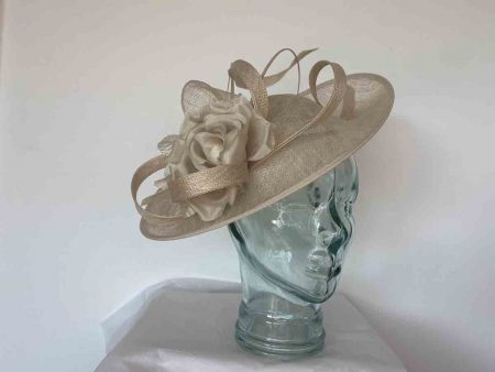 Oval hatinator with double quill in light champagne